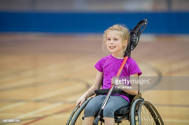 Discapacitados niña jugando videojuegos en el gimnasio.