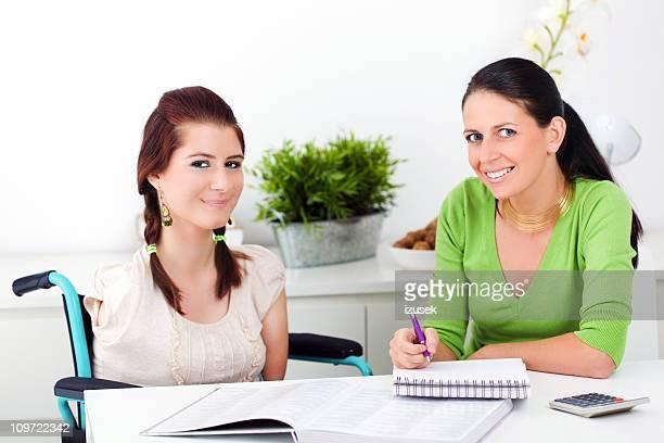 Behinderte Mädchen mit ihrem Health Berater