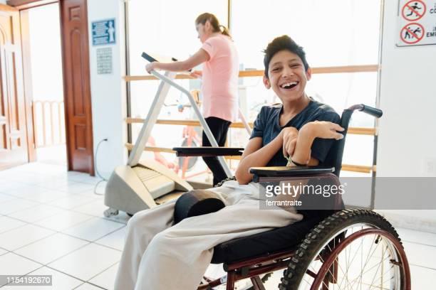 miúdos deficientes que fazem a terapia física na escola - physical education - fotografias e filmes do acervo