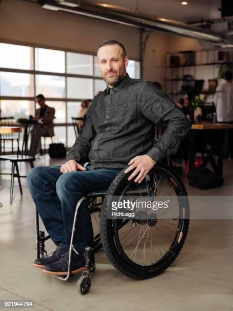 homem com deficiência em um cafe - cadeira de rodas elétrica - fotografias e filmes do acervo