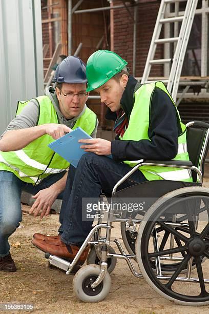 Hombre discapacitado en silla de ruedas, colaborar