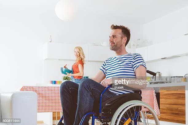 Behinderten Mann sitzt im Rollstuhl wie zu Hause fühlen.