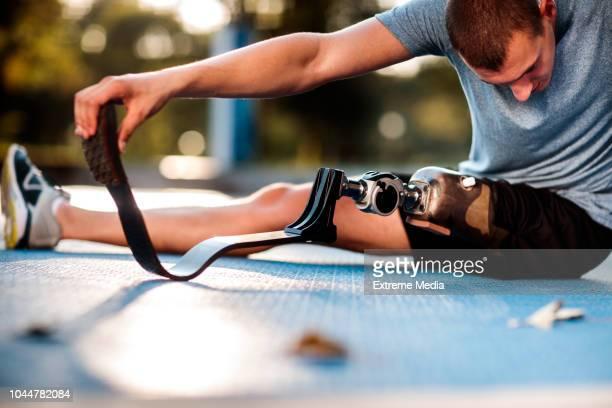 屋外ストレッチ障害男 - 障害者スポーツ ストックフォトと画像