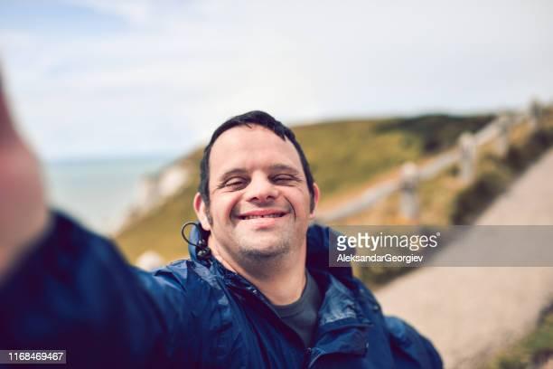 hombre discapacitado tomando un selfie - discapacidad intelectual fotografías e imágenes de stock
