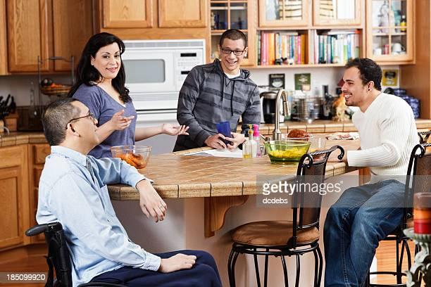 Minusválidos Hombre con su familia en la cocina