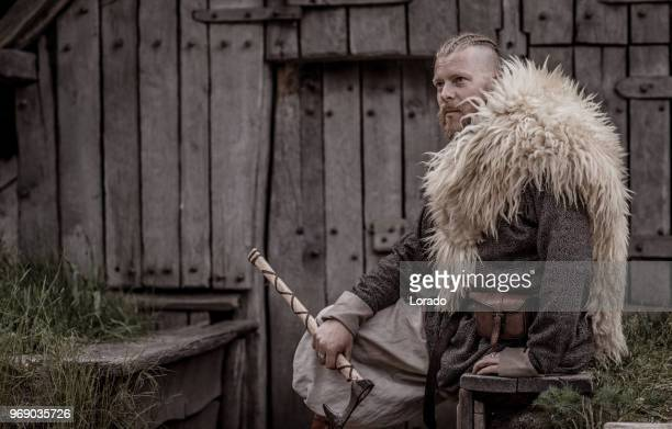 無効 1 脚農家周辺近く白人ひげを生やしたバイキング戦士長の男性