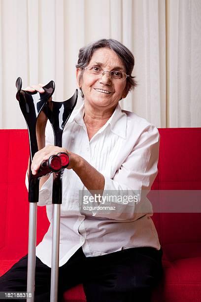 Femme âgée à mobilité réduite