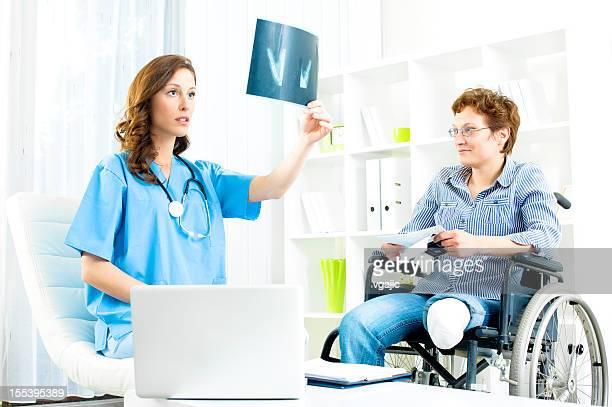 behinderte frau in arzt-büro. - amputee woman stock-fotos und bilder