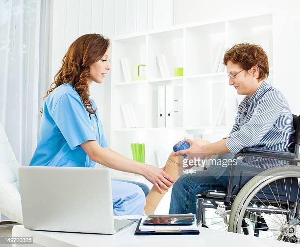 Behinderte Frau mit künstlichem Bein in Arzt-Büro.