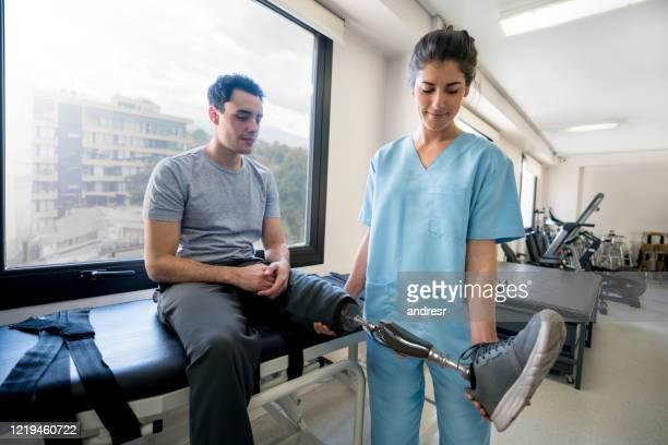 義足を使用し、理学療法を行う障害のある若者 - 四肢切断 ストックフォトと画像