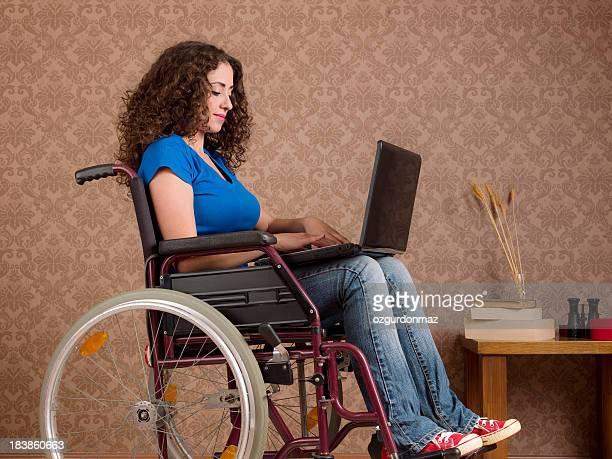 Behinderte Junge Frau mit laptop