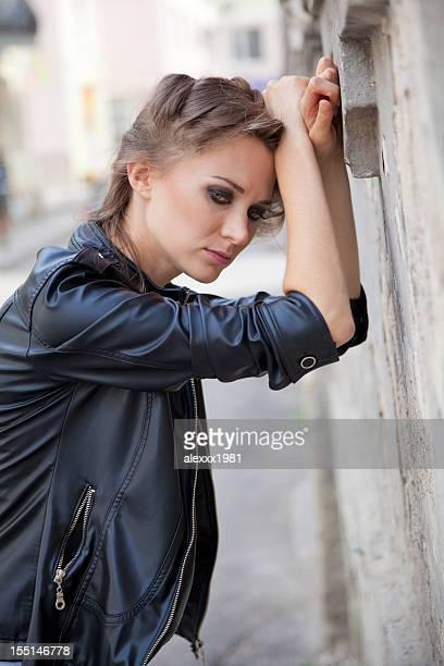 Enttäuscht schöne Junge Frau schiefen auf die Fassade des Hotels