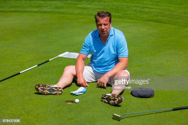 disappointed golfer sitting on a golf green - golf humour photos et images de collection