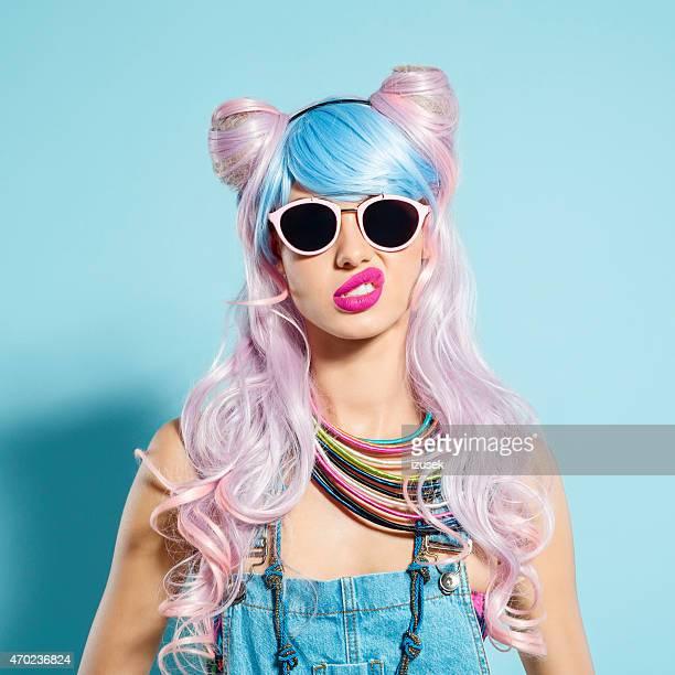ファンキーな漫画衣装で失望のピンク髪少女