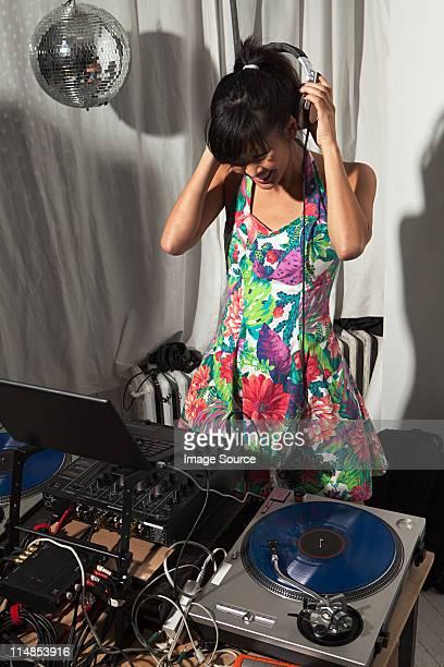 Radiomoderator mit Kopfhörer auf party