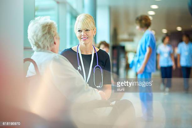 discharging from hospital - outpatient care stock pictures, royalty-free photos & images