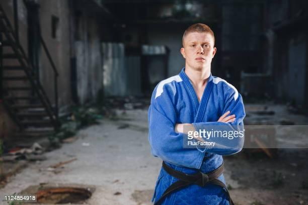 青い着物で柔道家を懲戒処分 - 柔道 ストックフォトと画像