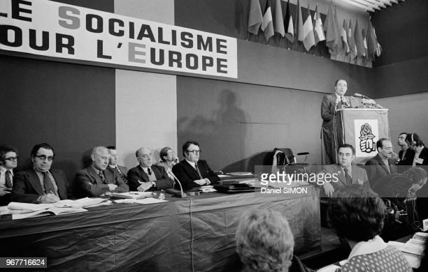 Discours de François Mitterrand lors d'un congrés du Parti socialiste avec à gauche Pierre Bérégovoy et Pierre Mauroy notamment le 15 décembre 1973 à...