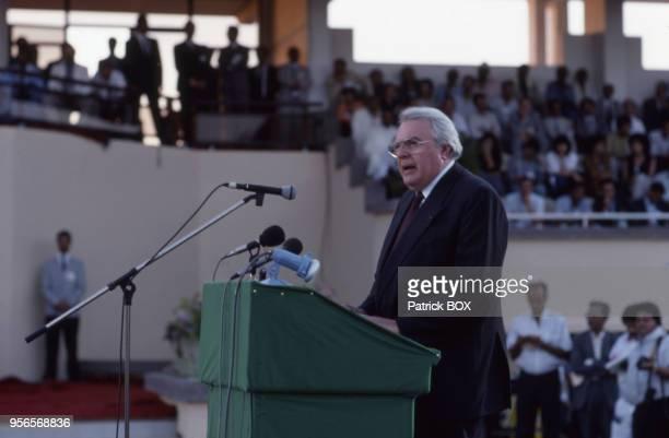 Discours de Pierre Mauroy, le premier secrétaire du Parti socialiste français, lors de l'ouverture des Jeux mondiaux de la paix à Ifrane, en 1990,...