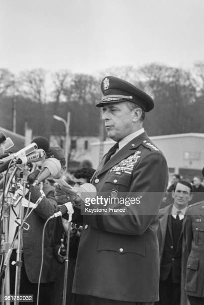 Discours du général Lyman Lemnitzer lors de la cérémonie lors du départ des troupes américaines du camp militaire de SaintGermainenLaye en France le...