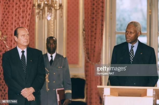 Discours du président sénégalais Abdou Diouf à l'Elysée avec à gauche le président de la République Jacques Chirac le 24 février 1998 à Paris France