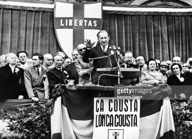 Discours électoral d'Alcide de Gasperi président du conseil et ministre des affaires étrangères à la tribune dressée sur la place San Carlo à Turin...