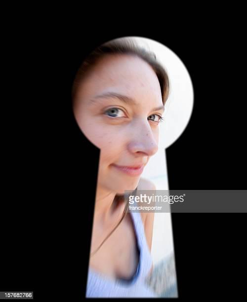 発見のドアを通してロックキーホール好奇心の強い女性 - peeping holes ストックフォトと画像