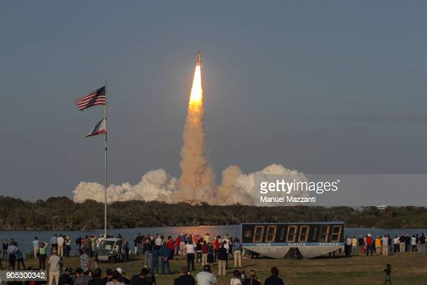 discovery lift-off - nasa stock pictures, royalty-free photos & images