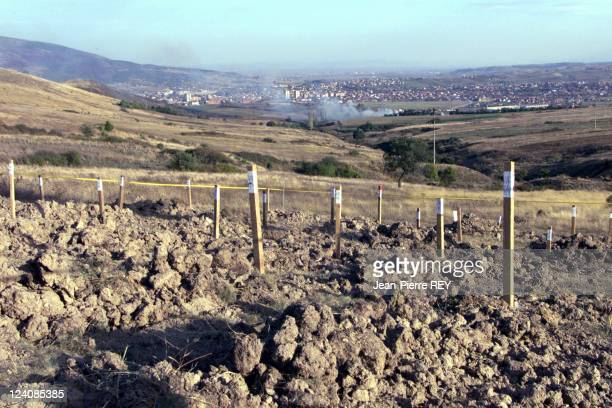 Discovey ot a new mass grave by French policemen In Mitrovica Yugoslavia On September 28 1999