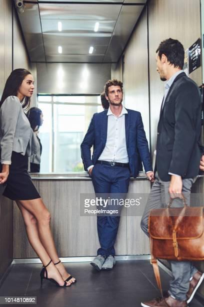 discutir negócios em qualquer lugar que podemos ir até no elevador - elevador - fotografias e filmes do acervo