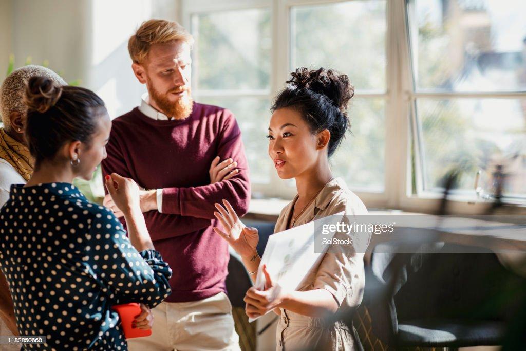 Discutere di affari con i colleghi : Foto stock