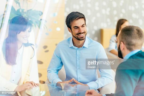 discussion between friend in hotel lobby - persuasão - fotografias e filmes do acervo
