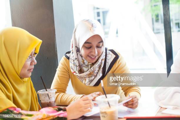 Discussion between two female college students