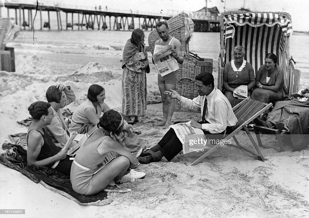 A discussion on the Baltic beach. About 1935. Photograph. (Photo by Imagno/Getty Images) Diskussion am Ostseestrand. Um 1935. Photographie. .
