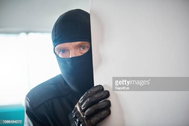 偽装盗難や侵入者ピア壁ラウンド - バラクラバ ストックフォトと画像