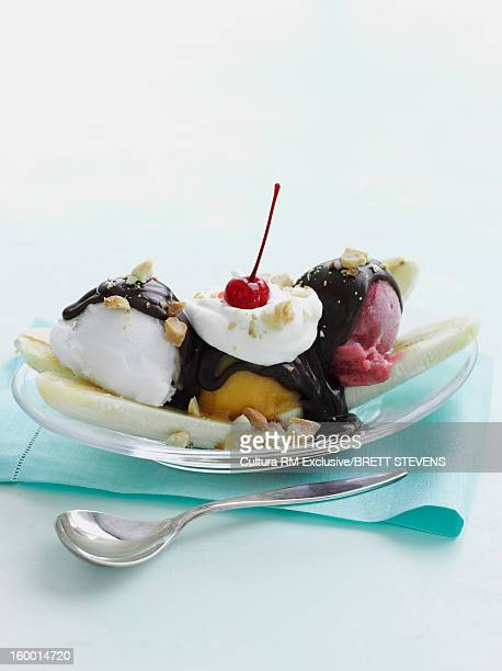 dish of banana split sundae - バナナスプリット ストックフォトと画像