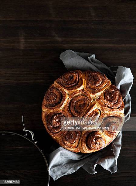 dish of cinnamon buns on table - klein foto e immagini stock
