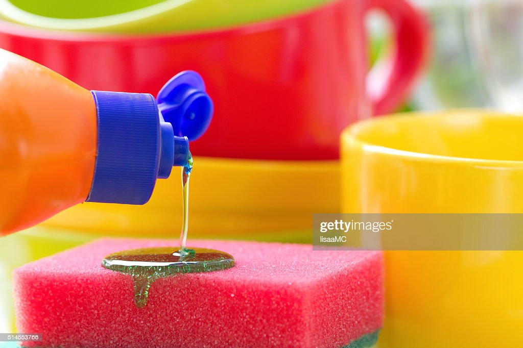 Louça na cozinha. Lavagem e limpeza. : Foto de stock