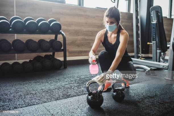 トレーニング後の消毒 - エクササイズ用具 ストックフォトと画像