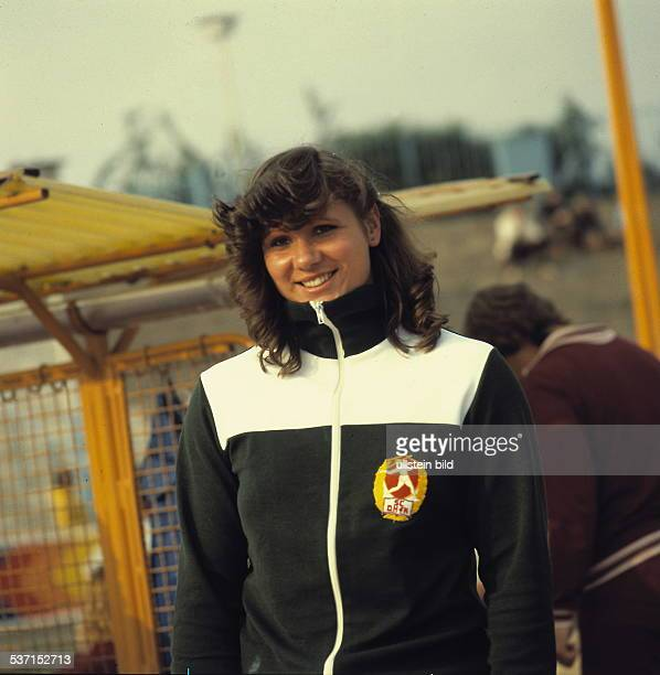 Diskuswerferin DDR Brustbild in der Trainingsjacke des DHfK Leipzig bei einem Wettkampf oJ