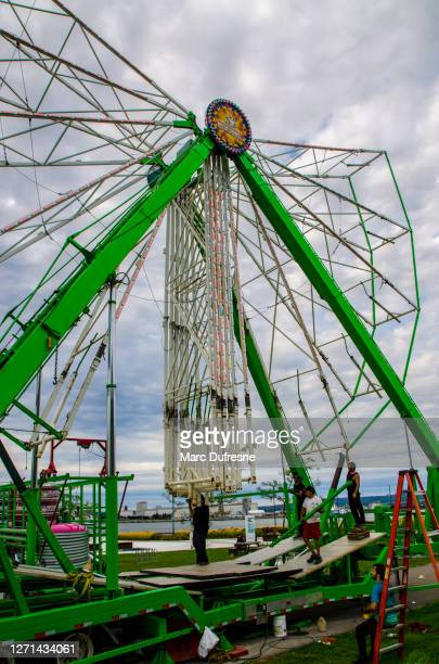 dismantling the ferris wheel in lévis - lévis quebec stock pictures, royalty-free photos & images