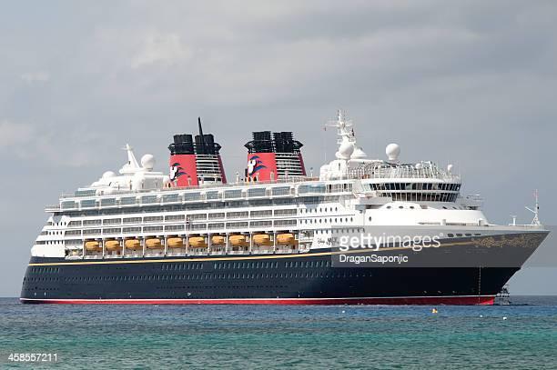 cruzeiro disney magic no litoral da grand cayman - barco de passageiros - fotografias e filmes do acervo