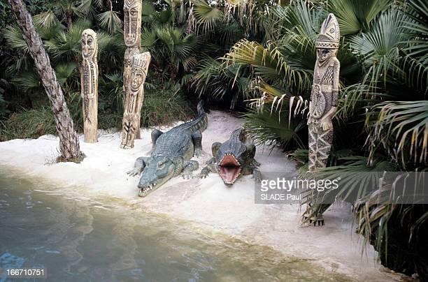 Disneyworld Park In Orlando Florida En Floride au parc de Disneyworld sur une plage entourée de végétation deux crocodiles automates entourés de...