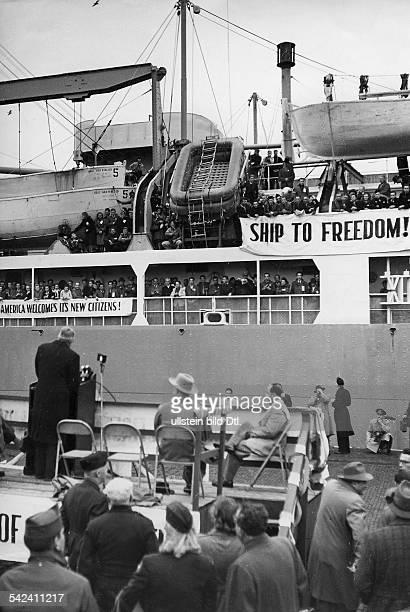'Displaced Persons' werden in Bremerhaven an Bord des ersten Auswandererschiffes in die USA verabschiedet1948