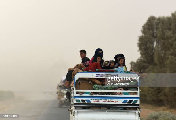 Displaced Syrians from Deir Ezzor head to refugee camps on the outskirts of Raqa on September 24 2017 as Syrian fighters backed by US special forces...
