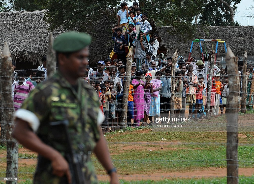 Displaced Tamil civilians watch as unsee : Nachrichtenfoto