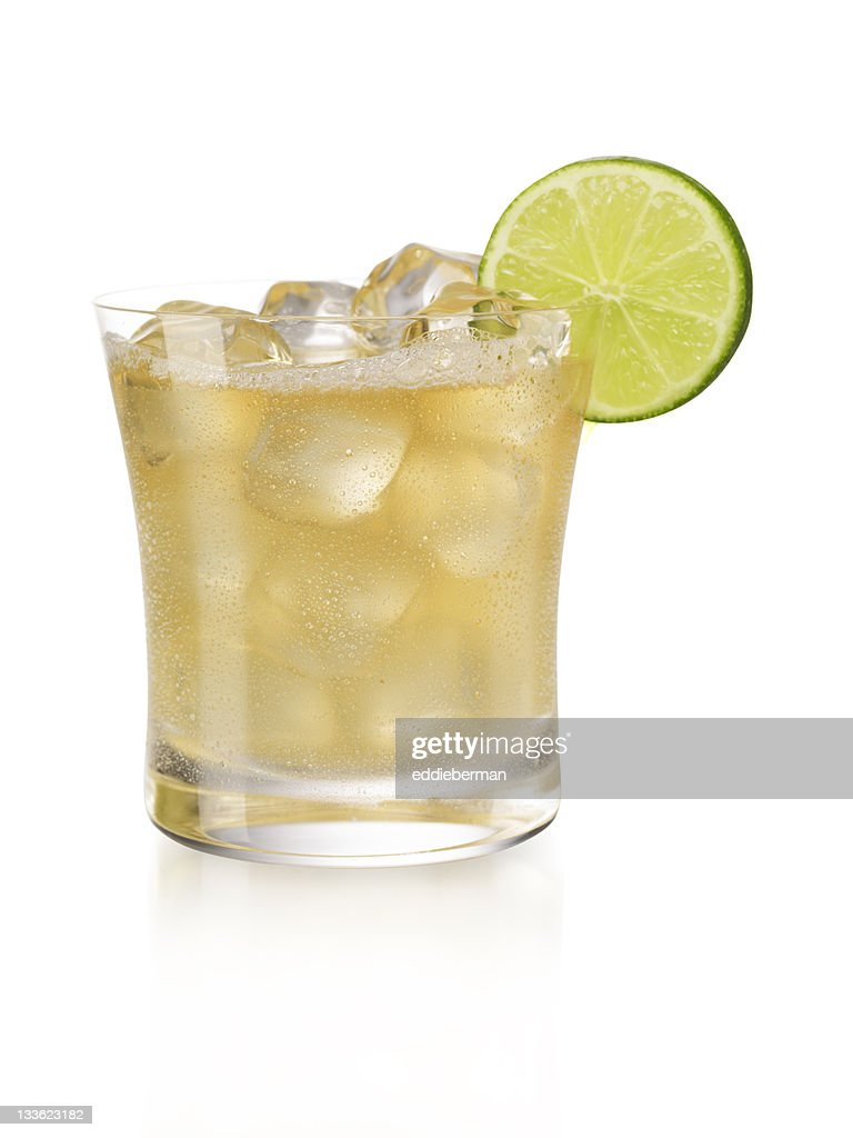 Display of a margarita on the rocks with a slice of lime  : Stock Photo