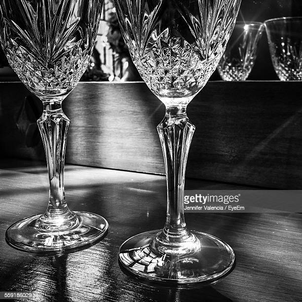 display of empty champagne flute crystal glasses - kristallglas stock-fotos und bilder