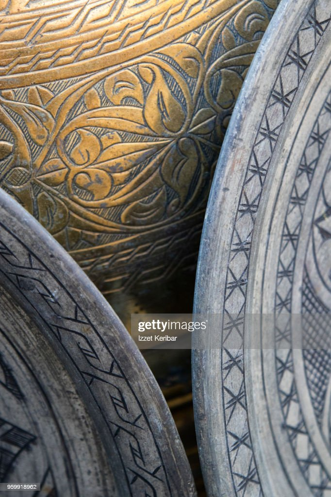 Display of old copper objects and trays at Kemeralti , Izmir Turkey : Stock-Foto