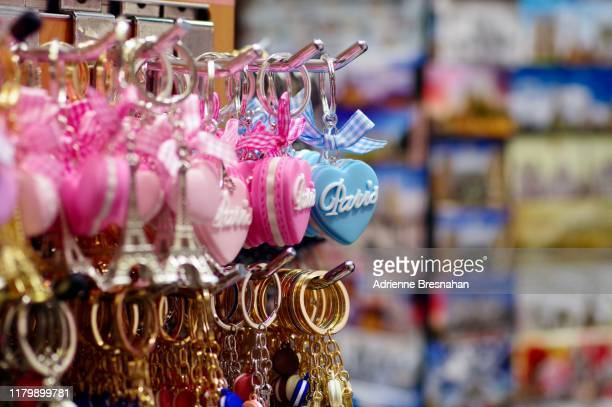 display of souvenir keychains in paris - ギフトショップ ストックフォトと画像